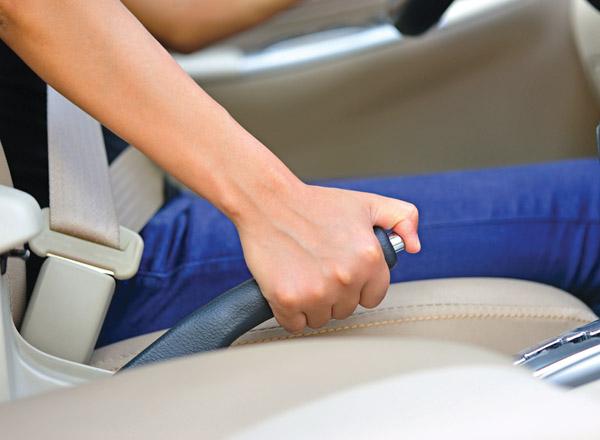 Phòng tránh nguy hiểm khó lường từ việc quên hạ phanh tay xe ô tô